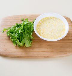 2. 달걀은 잘 풀어서 분량의 달걀 양념 재료를 넣고 골고루 섞는다. 치커리는 씻어 물기를 제거한다. (우유 3, 다진 양파 3, 마요네즈 2, 소금·후춧가루 약간씩)