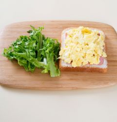 4. 식빵에 치즈, 슬라이스 햄, 스크램블 에그, 치커리를 얹고 식빵을 덮어 먹기 좋은 크기로 자른다.