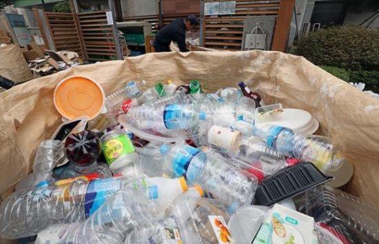 코로나19 장기화로 전 세계가 폭발적으로 증가한 쓰레기로 골머리를 앓고 있다. 국내는 물론 미국, 중국, 일본 등 각국의 정부는 재활용율을 높이기 위한 환경 정책을 시행하고 있다. 사진 = 아시아경제DB