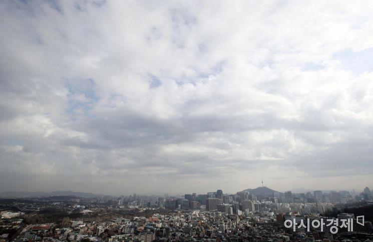31일 서울 인왕산에서 바라본 하늘에 구름이 잔뜩 끼어 있다. 기상청은 전국이 가끔 구름많다가 오후부터 차차 흐려져 밤부터 수도권 등에서 비가 내리기 시작해 전국으로 확대될 것으로 예보했다. /김현민 기자 kimhyun81@