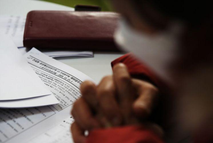 16일 양경숙 더불어민주당 의원에 따르면 무주택 청약당첨자 10명 중 1명이 청약 조건을 잘못 입력해 당첨되고도 취소된 것으로 나타났다. 사진은 전세형 공공임대주택 청약 관련 상담을 받고 있는 사람들. [이미지출처=연합뉴스]