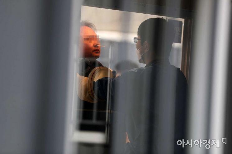 3일 서울광장에 마련된 코로나19 임시 선별검사소에서 의료진이 검체 채취를 하고 있다. /문호남 기자 munonam@