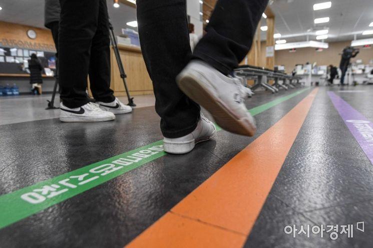 코로나19 장기화에 따른 고용 충격이 심화되고 있는 지난 2월3일 서울 영등포구 남부고용센터를 찾은 시민이 실업급여 신청 상담창구로 이동하는 모습./강진형 기자aymsdream@