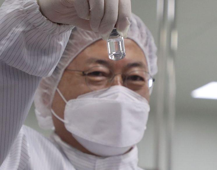 지난 1월 문재인 대통령이 경북 안동시 SK바이오사이언스 공장을 방문해 생산된 코로나19 백신을 들어 보이고 있다. [이미지출처=연합뉴스]