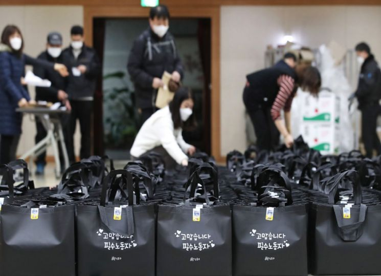 지난 2월 성동구는 필수노동자 6400여 명에게 마스크와 손소독제 등 안전물품을 전달했다. 지난해 2차례에 이어 이달까지 4차례의 방역물품을 제공하게 된다.
