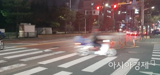 한 배달 오토바이가 횡단보도를 가로 질러 빠르게 이동하고 있다. 사진=한승곤 기자 hsg@asiae.co.kr
