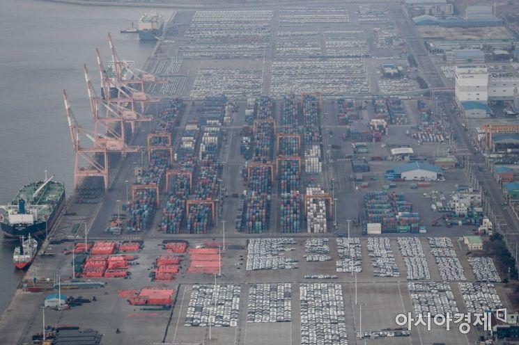 설 연휴를 하루 앞둔 10일 서울 경찰청 헬기에서 바라본 평택항에서 수출입 컨테이너가 쌓여 있다./강진형 기자aymsdream@