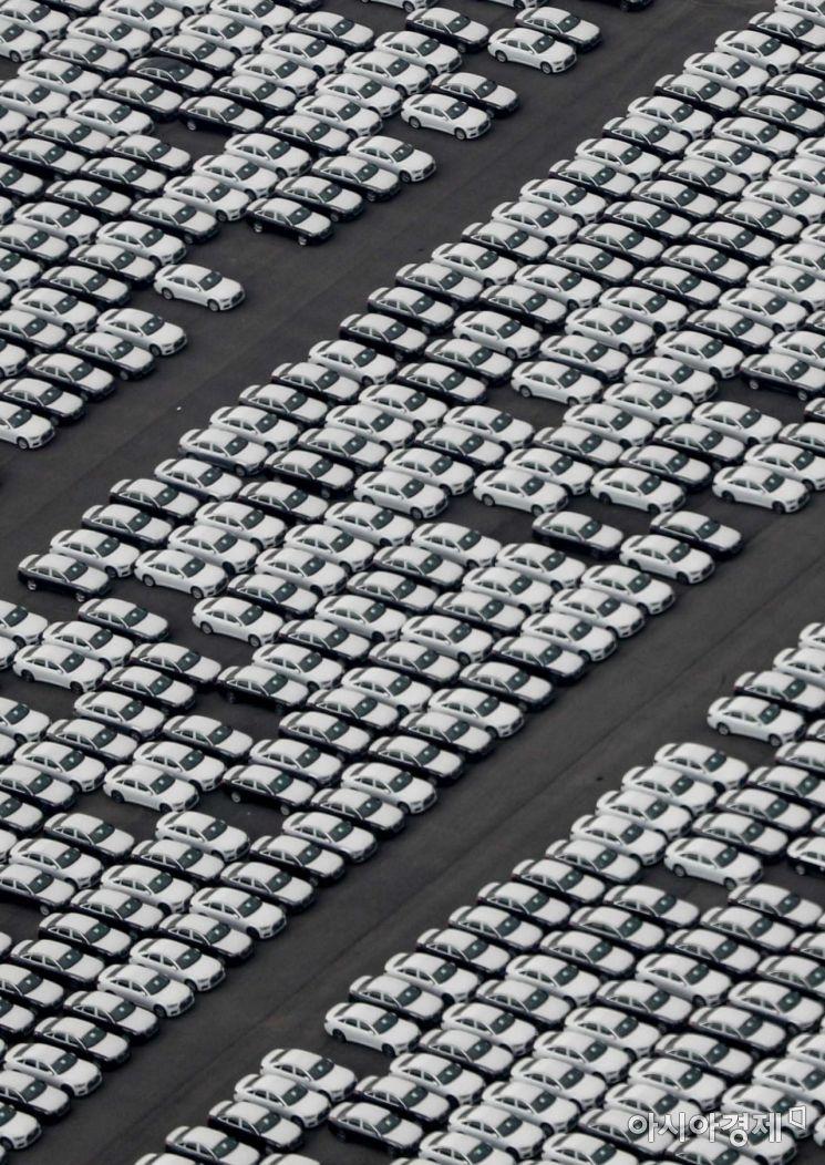 설 연휴를 하루 앞둔 10일 서울 경찰청 헬기에서 바라본 평택항에서 수입자동차가 출고를 기다리고 있다./강진형 기자aymsdream@
