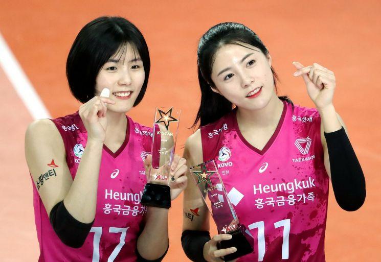흥국생명 이재영(왼쪽)과 이다영이 경기 전 시상식에서 트로피를 받고 기념 촬영을 하고 있다. [이미지출처=연합뉴스]