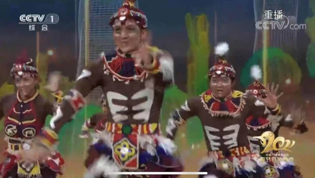 Performers dressed as African blacks are dancing on CCTV Chunwan, which aired on the 11th. [사진= 유튜브 스크린샷][이미지출처 = 연합뉴스]