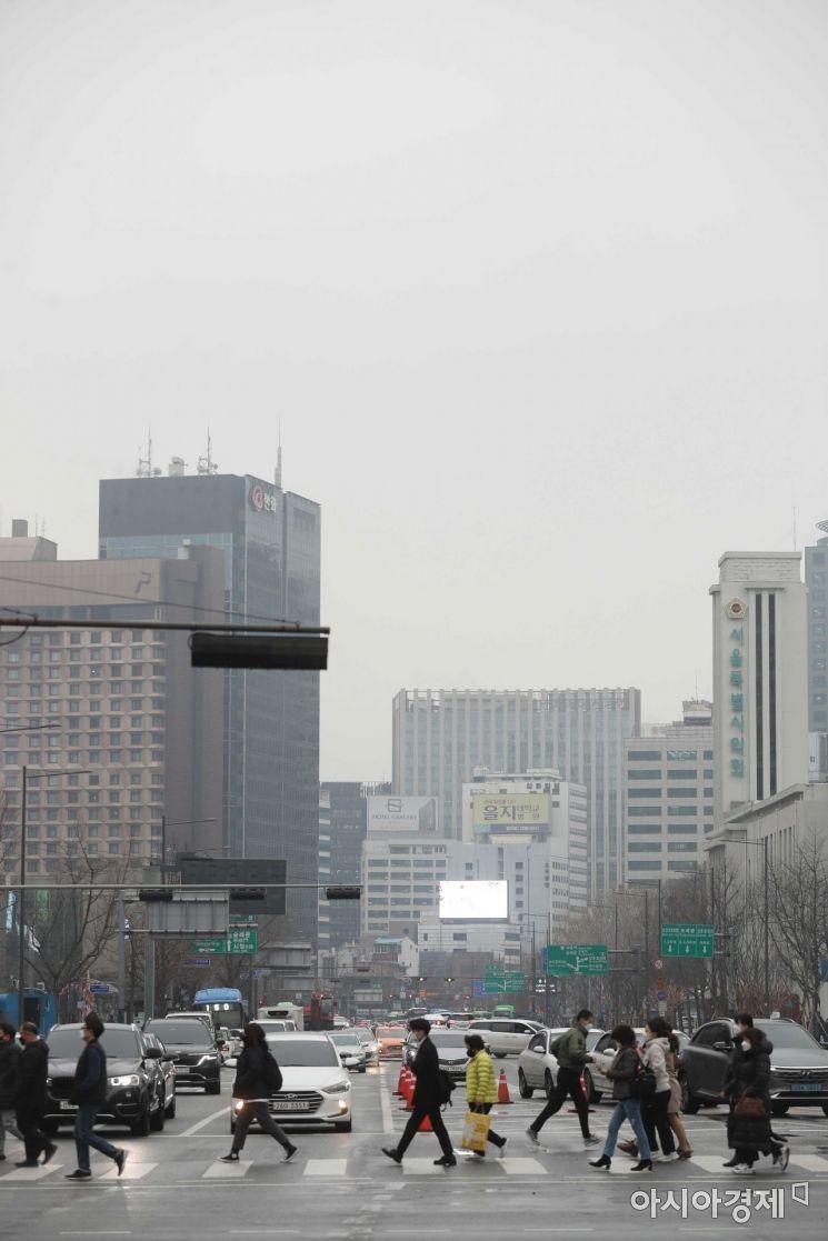 설날 연휴가 끝나고 첫 출근일인 15일 서울 종로구 광화문 사거리에서 시민들이 출근길 발걸음을 옮기고 있다. /문호남 기자 munonam@