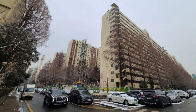 서울 강남구 압구정동의 한 아파트 단지 [이미지출처=연합뉴스]