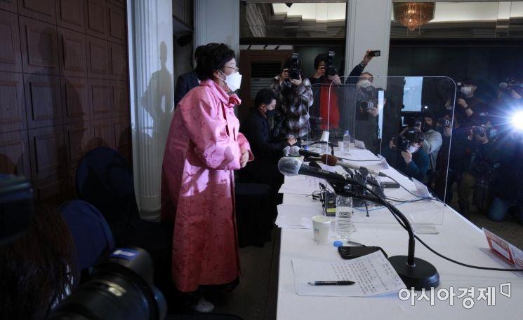 일본군 위안부 피해 생존자 이용수 할머니가 16일 서울 중구 프레스센터에서 일본군 위안부 문제를 국제사법재판소(ICJ)에 넘겨 판단하자고 촉구하는 내용의 기자회견을 하고 있다./김현민 기자 kimhyun81@
