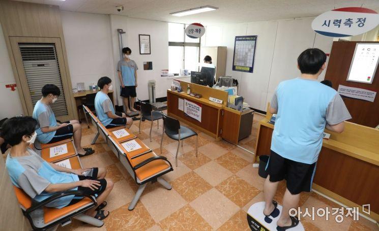 2021년도 첫 병역판정검사가 실시된 17일 오전 서울 영등포구 서울지방병무청에서 검사 대상자들이 신체검사를 받고 있다./김현민 기자 kimhyun81@