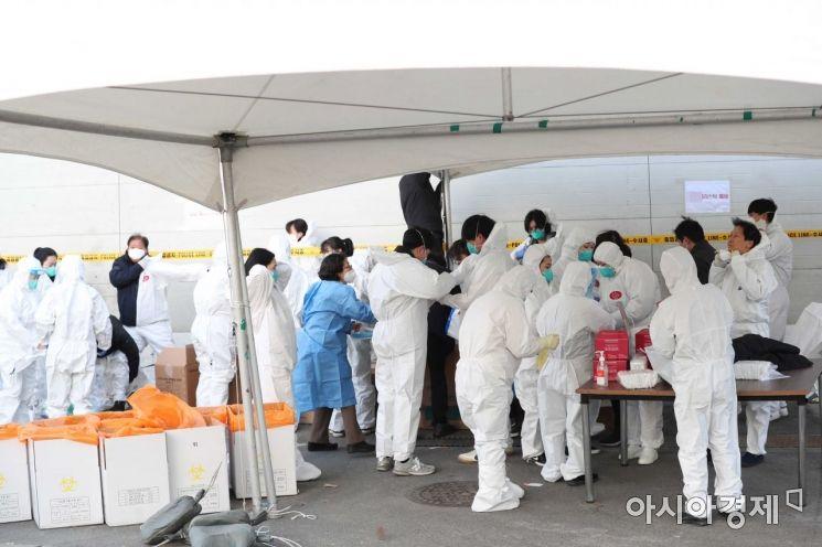 [포토]집단감염 발생한 진관산업단지에 모인 의료진