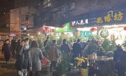 중국 춘절을 앞두고 우한의 화훼시장에 국화를 사러 몰려든 인파들로 상점이 붐비고 있다. 사진 =  weibo