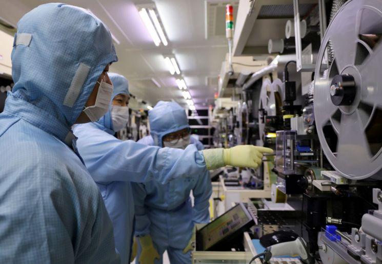 지난해 9월 LG이노텍 구미사업장에서 LG이노텍 직원들이 검사 장비를 함께 살펴보고 있다.(제공=LG이노텍) [이미지출처=연합뉴스]