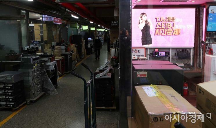 18일 코로나19 장기화로 노래방 폐업이 늘면서 업소에서 쓰던 각종 장비와 집기 등이 서울 시내 한 노래방 중고기기 매매업소에 쌓이고 있다. /문호남 기자 munonam@
