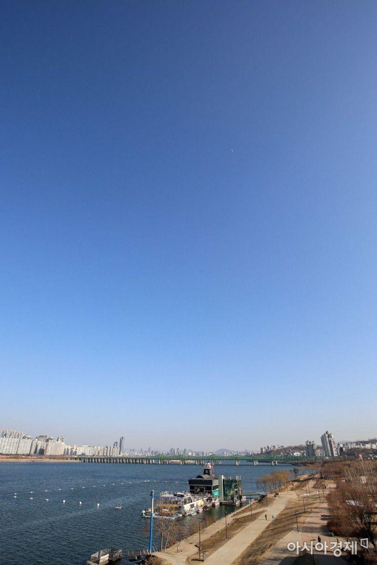 영하권 날씨가 이어지며 미세먼지 없는 맑은 날씨가 이어지고 있는 18일 서울 도심에 맑은 하늘이 펼쳐져 있다./강진형 기자aymsdream@