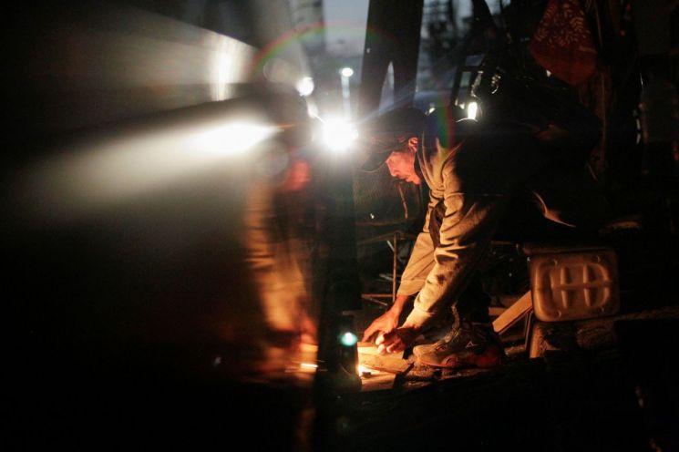 멕시코의 정전 사태 속에 한 주민이 요리를 위해 장작불을 지피려 하고 있다. [이미지출처=로이터연합뉴스]