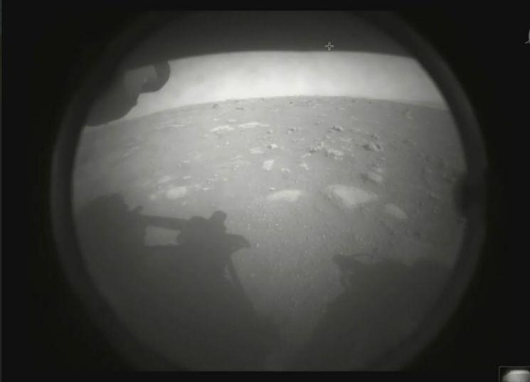 미국 항공우주국(NASA)의 화성탐사선 '퍼서비어런스'가 화성 착륙 직후 촬영한 화성의 모습 [이미지출처=NASA]