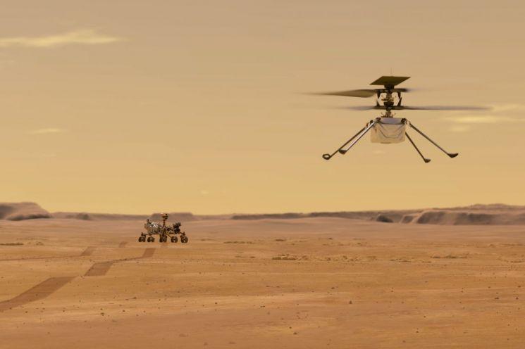 화성 탐사선 퍼서비어런스호에 탑재된 소형 헬리콥터 인제뉴어티가 날아오르고 있는 이미지 [이미지출처=AP연합뉴스]