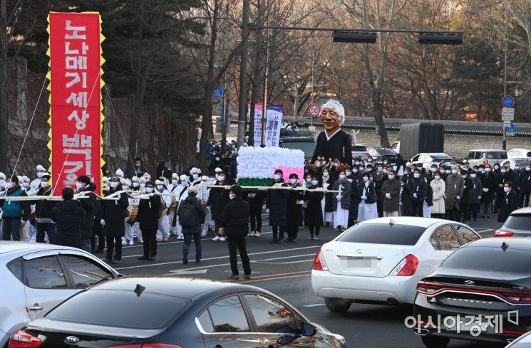 [포토]대학로 소나무길 향하는 백기완 선생 장례행렬