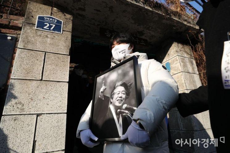 [포토]통일문제연구소 앞 백기완 선생 영정