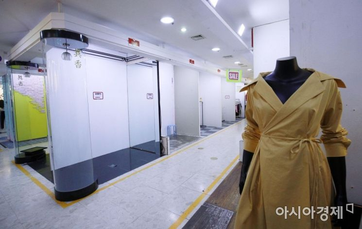 [포토] 코로나19 장기화로 텅 빈 대형패션몰 점포