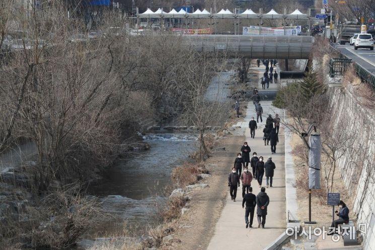 [포토]포근한 초봄 날씨에 청계천 산책