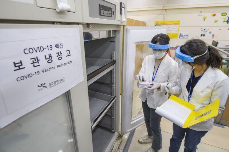 국내에서 생산된 아스트라제네카(AZ)사의 코로나19 백신을 전국 보건소로 안전하게 배송하는 모의훈련이 19일 진행됐다. 사진은 이날 오후 광주 북부보건소에 전달된 훈련용 백신을 냉장고에 넣는 모습이다. <사진=연합뉴스>