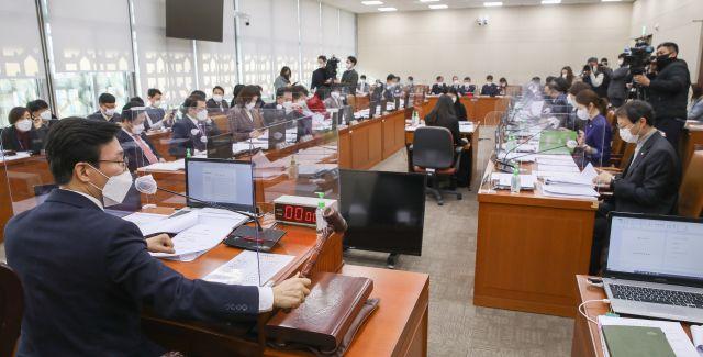 지난 17일 국회에서 열린 보건복지위원회 전체회의에서 김민석 위원장이 의사봉을 두드리고 있다. 연합뉴스