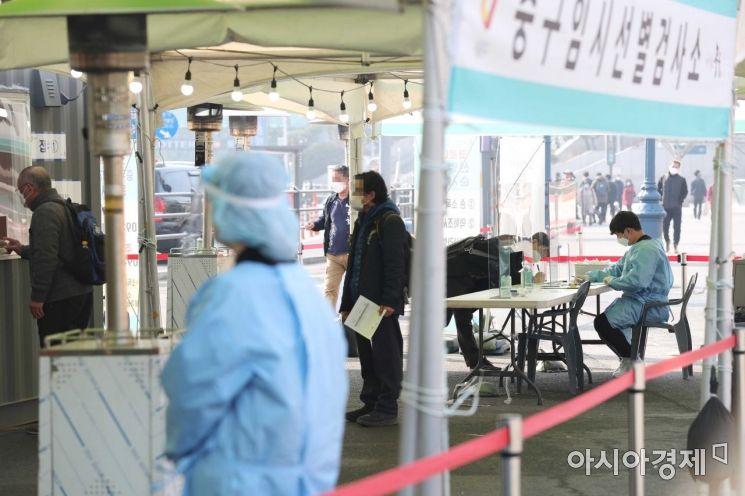 21일 서울역 광장에 마련된 코로나19 임시 선별검사소에서 시민들이 검사를 받고 있다. 중앙방역대책본부는 이날 0시 기준 국내 코로나19 신규 확진자가 416명 늘어 누적 8만6992명이라고 밝혔다. /문호남 기자 munonam@