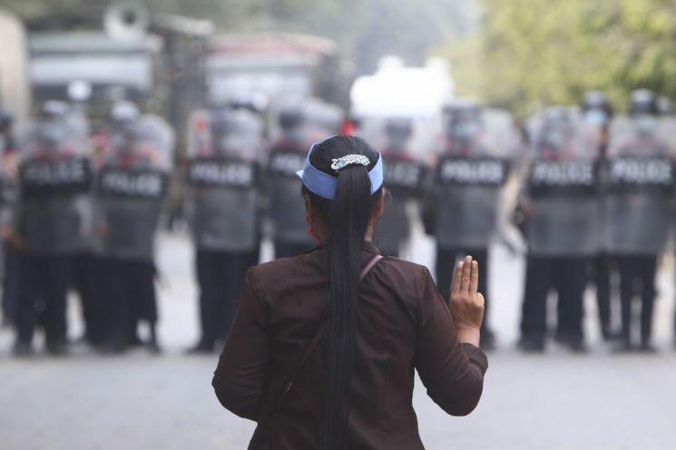 20일(현지시간) 미얀마 제2도시 만달레이에서 쿠데타 항의 시위 참가자자 군경과 대치하고 있다. [이미지출처=AP연합뉴스]