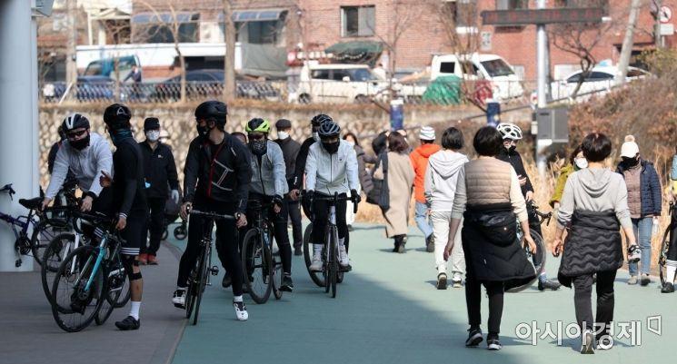 [포토]봄 날씨에 가벼운 옷차림으로 산책