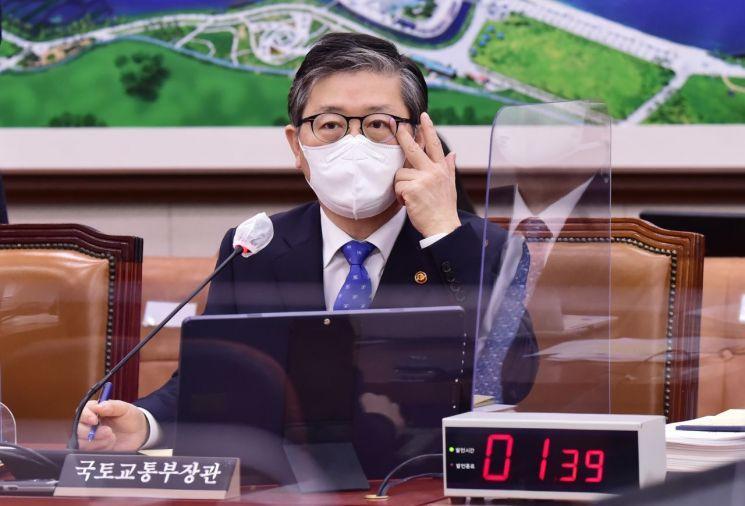 변창흠 국토교통부 장관이 지난달 22일 국회에서 열린 국토교통위원회 전체회의에서 답변하고 있다. [이미지출처=연합뉴스]