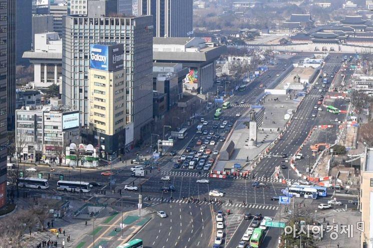 오는 3월 6일부터 광화문 광장 일대 세종대로의 차량 흐름 경로가 바뀔 예정인 22일 서울 종로구 세종대로에서 공사가 진행되고 있다./강진형 기자aymsdream@