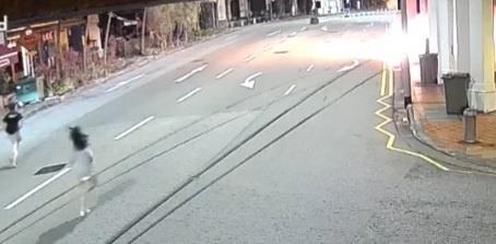 한 여성이 애인 차량에 불이 붙자 구하기 위해 달려나가고 있다. 사진=페이스북 갈무리.