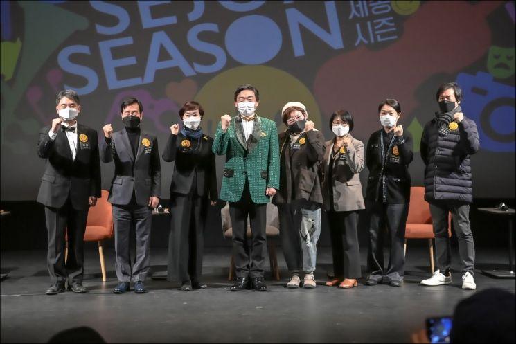 김성규 세종문화회관 사장(좌측에서 네번째)이 22일 서울 세종문화회관에서 '2021 세종시즌'을 발표하고 각 분야 단장들과 기념촬영을 하는 모습.