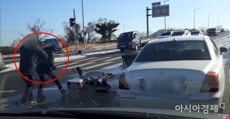 피해자 옆구리를 때리는 운전자. 피해자는 이날 폭행으로 응급실에 실려가는 등 정형외과, 신경외과 등 치료를 받고 있다. 사진=한문철TV 캡처