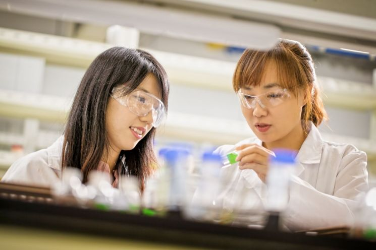 유니스트 김진영 박사(왼쪽)와 지도교수였던 문회리 교수.