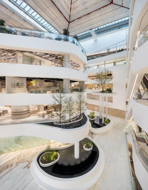 '더현대 서울', 600여개 패션 브랜드 집결한 '미래형 백화점'
