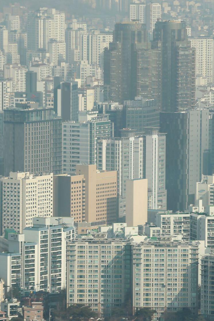 대규모 주택 공급을 골자로 한 2·4대책 발표 이후 서울 아파트값의 상승 폭이 줄어들고 있다. 21일 민간 시세 조사업체인 부동산114에 따르면 2월 셋째 주 서울 아파트 매매가격은 0.14% 올라 같은 달 첫째 주 상승률(0.17%) 대비 오름폭이 축소했다. 정부 공인 시세 조사기관인 한국부동산원의 통계로도 서울 아파트값은 2주 연속 상승 폭이 둔화했다. 사진은 이날 서울 영등포구 63스퀘어에서 바라본 서울 시내 아파트 단지. <사진=연합뉴스>