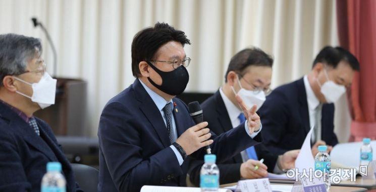 황운하 더불어민주당 의원이 23일 서울 여의도 이룸센터에서 열린 수사-기소 완전 분리를 위한 중대범죄수사청 설치 입법 공청회에 참석,  발언을 하고 있다./윤동주 기자 doso7@