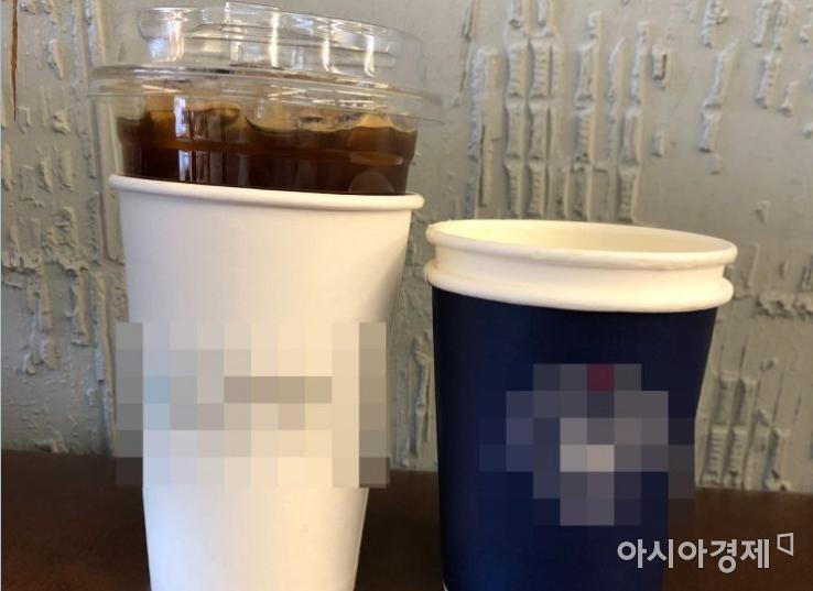 컵 홀더 대신 종이컵을 사용한 모습. 플라스틱 컵에 종이컵을 씌우고 종이컵에는 또 종이컵을 씌웠다. 이 컵 홀더는 코팅 처리로 마감해, 재활용이 어렵다.  사진=이주미 인턴기자 zoom_0114@asiae.co.kr