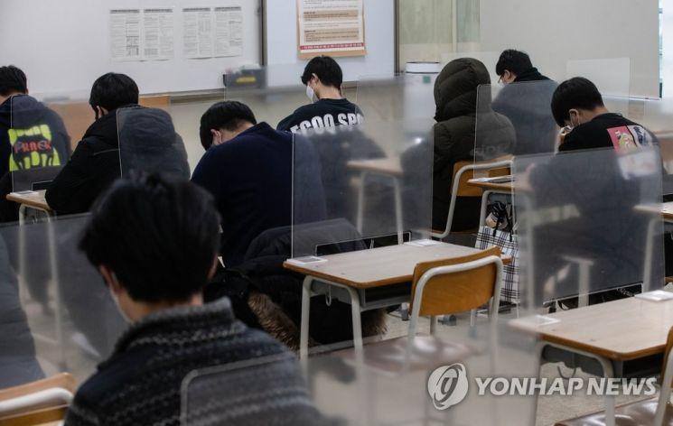 2021학년도 대학수학능력시험이 열린 지난해 12월3일 오전 서울 용산구 용산고등학교에서 수험생들이 시험 준비를 하고 있다. / 사진=연합뉴스