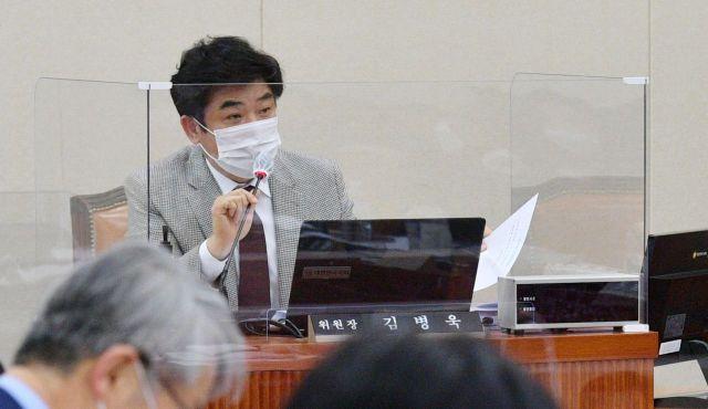 김병욱 국회 정무위 법안심사소위원장이 23일 국회에서 열린 정무위 법안심사제1소위원회의를 주재하고 있다./윤동주 기자 doso7@