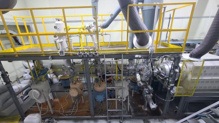 한국에너지기술연구원 이경환 박사 연구팀이 열분해 플랜트를 통해 폐비닐을 고품질 산업용 오일로 전환하는 기술을 개발했다고 14일 밝혔다. [이미지출처=연합뉴스]