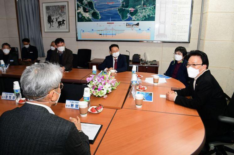김하용 경남도의회 의장이 23일 마창대교 민생 현장을 방문해 애로사항을 청취하고 있다.