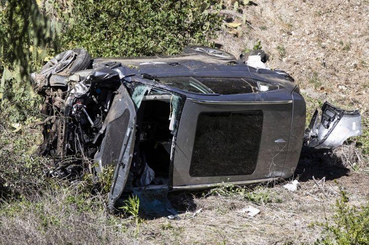 '골프황제' 타이거 우즈가 탑승했던 제네시스 GV80 차량이 충돌 사고 후 도로 밖으로 굴러 떨어져 있다. 차량 우측 문에 제네시스 로고가 그려져 있다. [이미지출처=EPA연합뉴스]